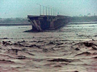 连接高雄和屏东的双园大桥8日凌晨被洪水冲垮断裂,2辆轿车落水失踪