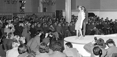 1979年3月19日,作为第一位来到中国的欧洲服装设计师,皮尔・卡丹领着12个洋模特在北京民族文化宫办了新中国第一场时装表演。台上模特迈着猫步、身上时装颜色很炫,台下观众屏住呼吸,衣裳的颜色只有黑、灰、绿还有蓝。