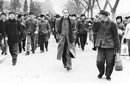 美联社记者曾为皮尔・卡丹拍过这样一张照片――身穿黑色毛料大衣、脖子上随意搭条围巾、双手插在衣兜里的皮尔・卡丹走在长安街上,他身后那群穿着蓝色工作服的工人,以及一边那个戴着解放帽、捂着皱巴巴对襟棉袄的老农都像看外星人一样望着皮尔・卡丹……