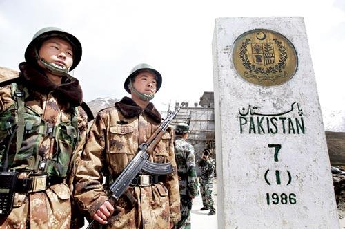 我国士兵守卫在7号界碑,碑的一面刻着中国国徽 摄/本报特派记者柴程