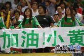 图文:[中超]北京2-2成都 美女球迷爱小黄