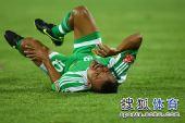 图文:[中超]北京2-2成都 马丁内斯倒地