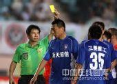 图文:[中超]青岛0-0江苏 黄牌指向谁?