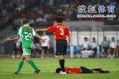 图文:[中超]北京2-2成都 对手倒地
