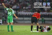图文:[中超]北京2-2成都 大格招呼队医