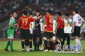 图文:[中超]北京2-2成都 大格与继海交涉