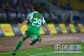 图文:[中超]北京2-2成都 大格进球很兴奋