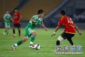 图文:[中超]北京2-2成都 黄博文突破