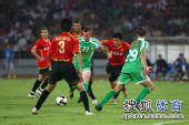 图文:[中超]北京2-2成都 小格起脚射门瞬间