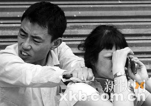 4月21日,张氏兄弟挟持女人质与警方对峙。 新快报记者林菁/摄(资料图片)