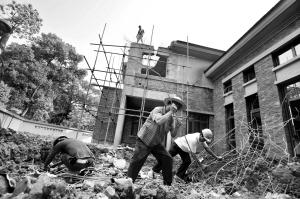 工人进行紧张的拆除工作