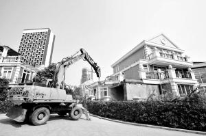 昨日,巴南小泉的一处高档住宅,大型机械正在拆除违法建筑 本组图片均由本报记者 周凡力 摄