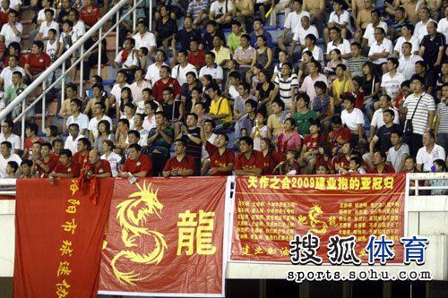 图文:[中超]河南VS重庆 球迷期待打亚冠