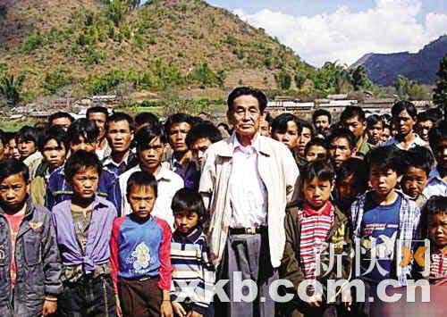 在这张拍摄于近年的照片中,彭家声与当地一群孩子一起,看起来与一般老人无异。