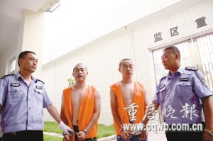 警方将郭飞和郭雷带出讯问 记者 吴子敬 摄