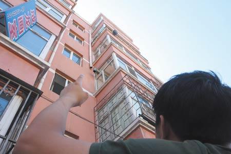 六楼阳台外挂黑色塑料袋处为被害人家