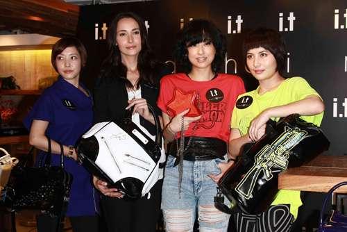 何超仪(右起)、徐豪萦、Lisa S.展示她们设计的手袋