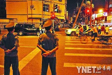 ■近来,城管在加大对马路夜市的整治■摄影/本报记者