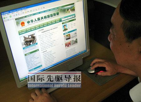 一名上海市民正在浏览中华人民共和国国防部网站。本报记者 张波/摄