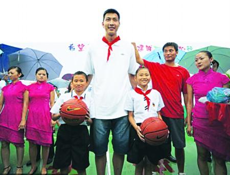 易建联到四川宣汉背诵短文捐建启动篮球场(图小学英语希望小学图片