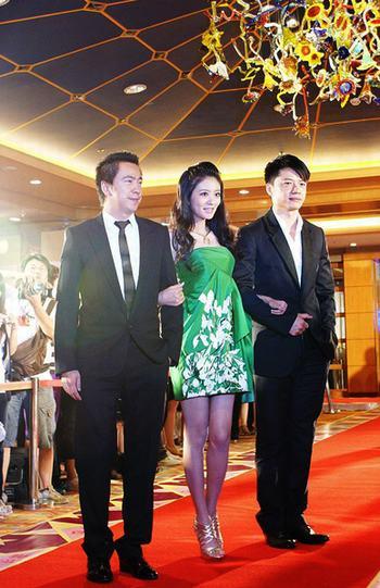 身为华谊代言人的安以轩与王中磊第一组走上红地毯