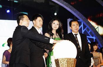 安以轩、王中磊与世博官员等启动授权仪式