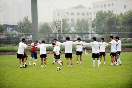 图文:[中超]陕西备战长春 球队围成一圈