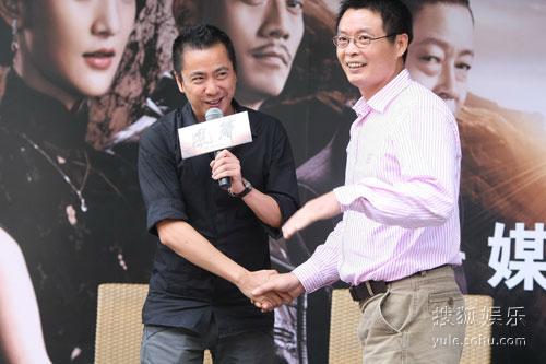 王中磊与原著作者麦家握手