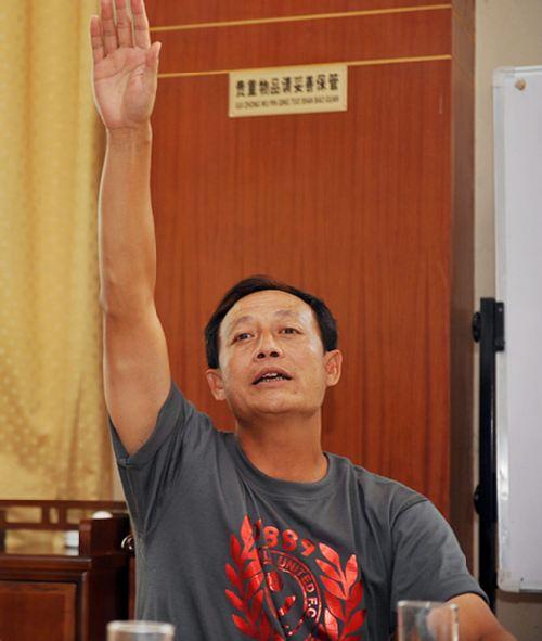 图文:[中超]成都队内部法庭 王宝山揭发弟子