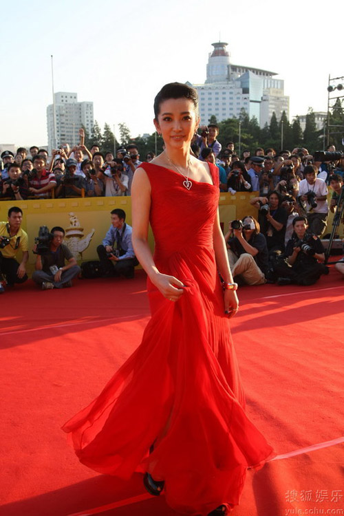 李冰冰确实在努力,Valentino的红色礼服十分醒目。