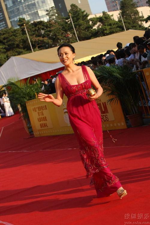 刘嘉玲穿上民族风的东西也很好看,虽然她更爱Gucci。
