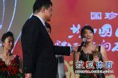 图文:体坛影响力颁奖现场 罗雪娟上台发言