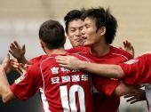 图文:[中超]陕西0-1长春 舒巴舍奇与队友庆祝