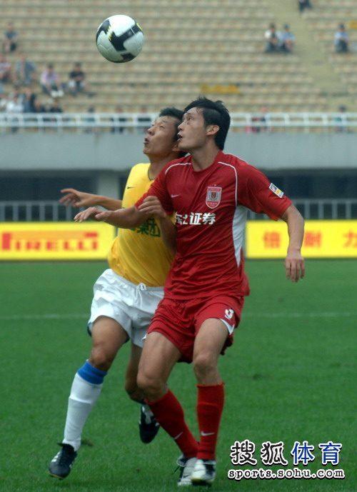 图文:[中超]陕西0-1长春 队员积极拼抢