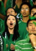 图文:[中超]杭州VS大连 美女球迷助威绿城