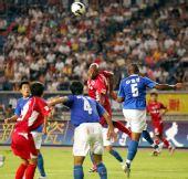 图文:[中超]重庆1-0广州 头球冲顶瞬间
