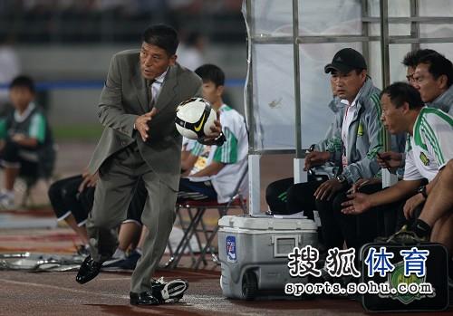 图文:[中超]北京1-1山东 李章洙捡球