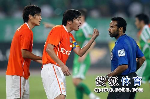 图文:[中超]北京1-1山东 矫哲�床环�点球判罚