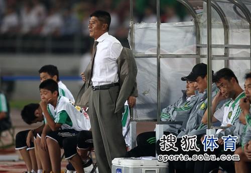图文:[中超]北京1-1山东 脱衣缓解压力