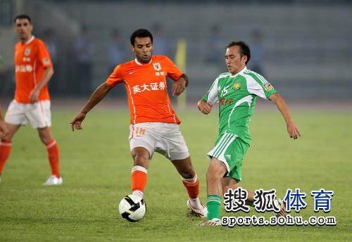图文:[中超]北京1-1山东 陶伟拼抢