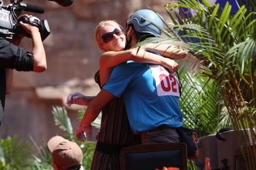 图文:长治国际攀岩精英赛 安德烈与女友祝贺