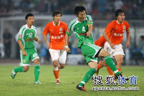 图文:[中超]北京1-1山东 周挺罚入点球