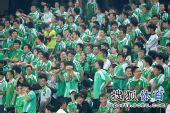 图文:[中超]北京1-1山东 球迷做手势祝贺陶伟