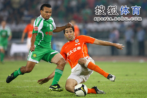 图文:[中超]北京1-1山东 西切罗铲抢