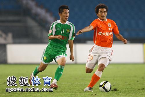 图文:[中超]北京1-1山东 闫相闯突破失败