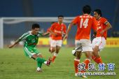 图文:[中超]北京1-1山东 闫相闯起脚传中