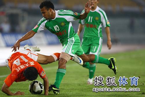 图文:[中超]北京1-1山东 马丁手脚并用