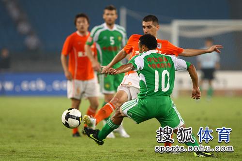 图文:[中超]北京1-1山东 马丁积极防守