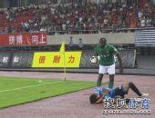 图文:[中超]杭州2-1大连 实德球员倒地
