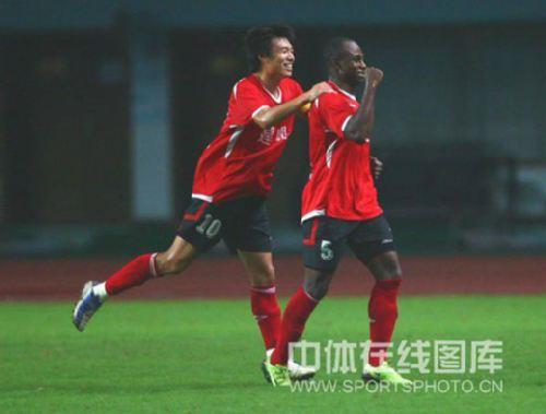 图文:[中超]长沙0-3河南 奥贝庆祝进球